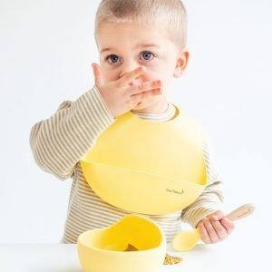 SARO babero silicona amarillo